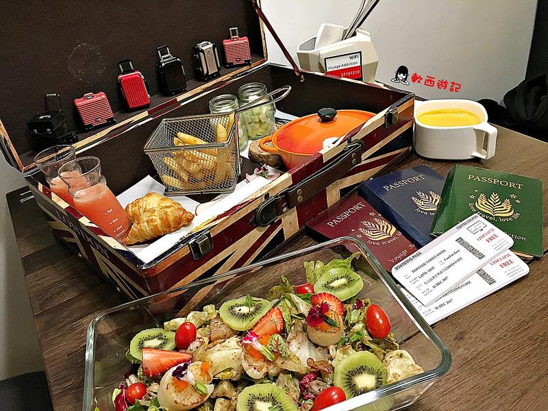 [食記]台北小巨蛋站 Voyage Addiction Cafe 旅行。家 小巨蛋咖啡廳 濃濃旅行風格主題餐廳 超大行李箱早午餐 少女心心型麻糬鬆餅