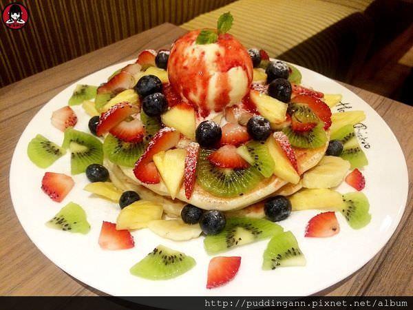 [愛評口碑]台北內湖西湖站 House Bistro 好適廚坊 令人驚艷好喝奶昔 三層疊疊水果鬆餅誠意滿載呀